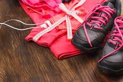 Différents articles de sport sur le fond en bois Image stock