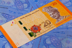 Différents billets de banque de ringgit de Malaisie sur une table Photo libre de droits
