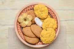 Différents biscuits dans un plat d'argile Images stock