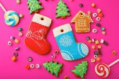 Différents biscuits de pain d'épice de Noël et sucrerie multicolore mélangée photos libres de droits
