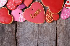 Différents biscuits de valentines de coeurs sur la vieille table en bois Images stock