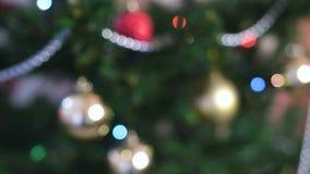 Différents boules et jouets d'or sur les branches de l'arbre de Noël Guirlande de Noël avec des lumières sur l'arbre de Noël clips vidéos