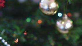 Différents boules et jouets d'or sur les branches de l'arbre de Noël Guirlande de Noël avec des lumières sur l'arbre de Noël banque de vidéos