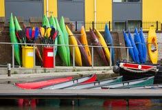 Différents canoës colorés photographie stock libre de droits