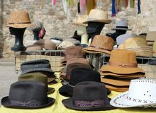 Différents chapeaux d'hommes de style sur une étagère d'un marché en plein air Sur le fond, le mannequin dirige les chapeaux de p photographie stock libre de droits
