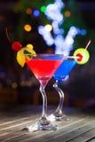 Différents cocktails avec des fruits sur la table en bois au restaurant Image stock