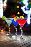Différents cocktails avec des fruits sur la table en bois au restaurant Photographie stock libre de droits