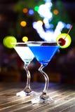 Différents cocktails avec des fruits sur la table en bois dans le restaurant Images stock