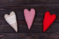 Différents coeurs faits de tissu sur une table en bois Fond de jour du ` s d'amour et de Valentine Photo stock