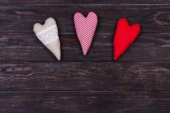 Différents coeurs faits de tissu sur une table en bois Fond de jour du ` s d'amour et de Valentine Images libres de droits