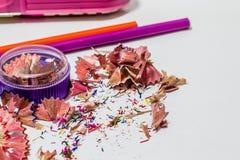 Différents crayons de couleur avec le fond blanc Image stock