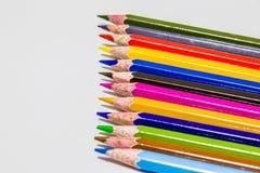 Différents crayons de couleur avec le fond blanc photographie stock libre de droits