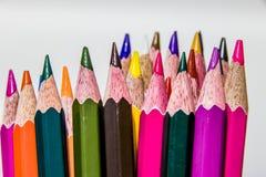 Différents crayons de couleur avec le fond blanc Photo stock