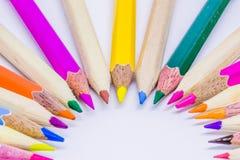 Différents crayons de couleur avec le fond blanc Images libres de droits