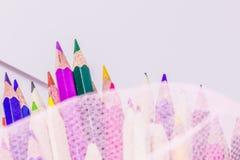 Différents crayons de couleur avec le fond blanc Photo libre de droits