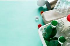 Différents déchets prêts pour réutiliser dans le panier blanc images stock