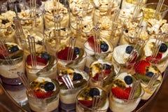 Différents desserts présentés appétissants Image stock