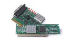 Différents dispositifs pour l'essai des cartes mères sur un fond blanc, diagnostics de PC Images stock