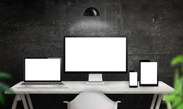 Différents dispositifs sur le bureau avec l'écran d'isolement pour la promotion sensible de conception de site Web Photographie stock