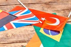 Différents drapeaux de pays sur la table Photo stock
