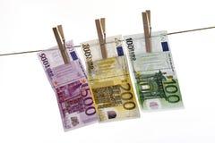 Différents euro billets de banque accrochant sur la corde à linge Photos libres de droits