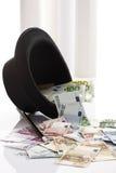 Différents euro billets de banque, chapeau supérieur et baguette magique de magie Image libre de droits