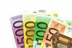 Différents euro billets de banque rangés sur une table Photo libre de droits
