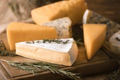 Différents fromages sur la table photo stock