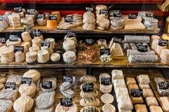 Différents fromages sur le compteur d'un petit magasin chez l'Aligre image stock
