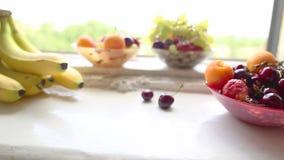 Différents fruits d'été sur un filon-couche de fenêtre banque de vidéos