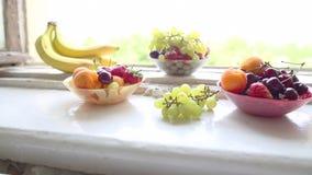 Différents fruits d'été sur un filon-couche de fenêtre clips vidéos