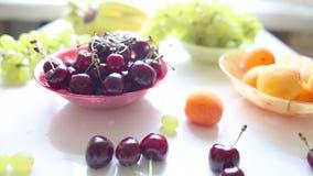 Différents fruits d'été sur une table banque de vidéos