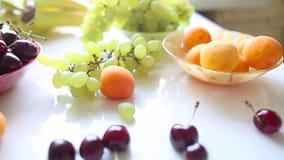 Différents fruits d'été sur une table clips vidéos