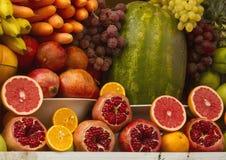 Différents fruits frais : orange, grenade, bananes, raisins et Photos libres de droits