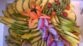 Différents fruits frais sur la table de buffet de mariage banque de vidéos