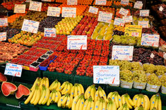 Différents fruits sur une stalle du marché Image stock