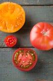 Différents genres colorés de tomates sur le fond en bois Images libres de droits