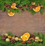 Différents genres d'épices, écrous, cônes et oranges et spr secs Photo libre de droits