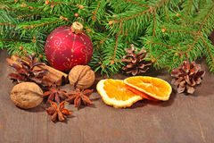 Différents genres d'épices, d'écrous, de cônes et d'oranges sèches, le Christ Photo libre de droits