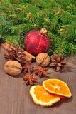 Différents genres d'épices, d'écrous, de cônes et d'oranges sèches, le Christ Photo stock