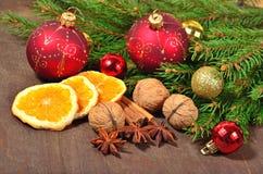 Différents genres d'épices, d'écrous et d'oranges sèches, Noël décembre Image libre de droits