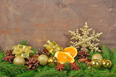 Différents genres d'épices, de cônes et d'oranges sèches, Noël De Image stock