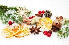 Différents genres d'épices, de noix et d'oranges sèches Photographie stock