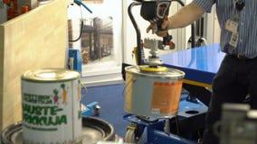 Différents genres d'équipement de levage pendant la grande exposition PacTec à Helsinki banque de vidéos