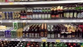 Différents genres de bière sur le rayon de magasin dans un je-favori de supermarché banque de vidéos
