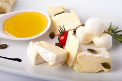 Différents genres de cheeseon un plat blanc photos stock