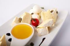 Différents genres de cheeseon un plat blanc photographie stock libre de droits