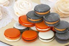 Différents genres de macarons dans la pile sur le fond clair Photo stock