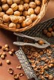 Différents genres de noix dans les paniers en osier Photographie stock libre de droits