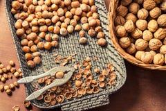 Différents genres de noix dans les paniers en osier Photos libres de droits